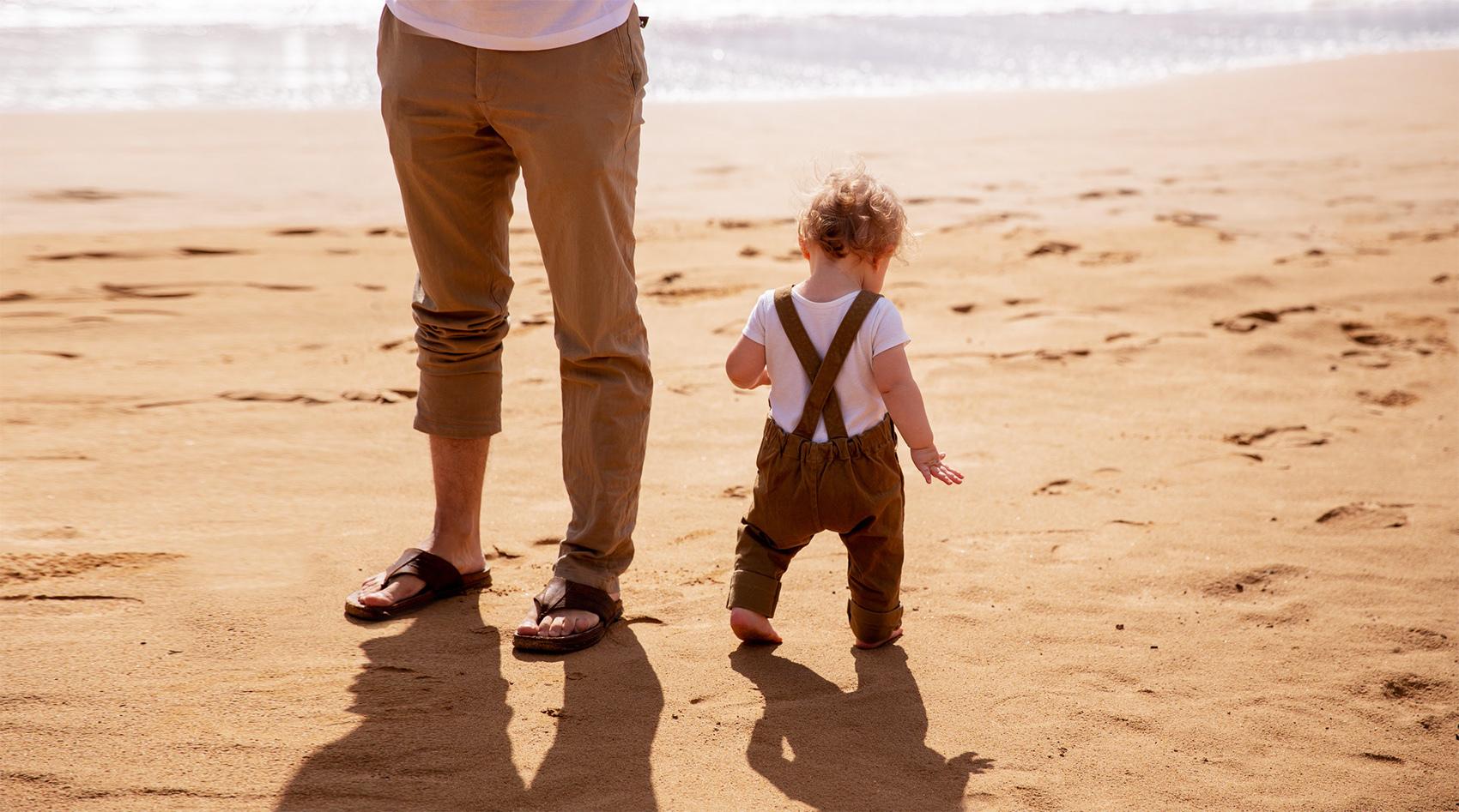 Mężczyzna z dzieckiem na plaży