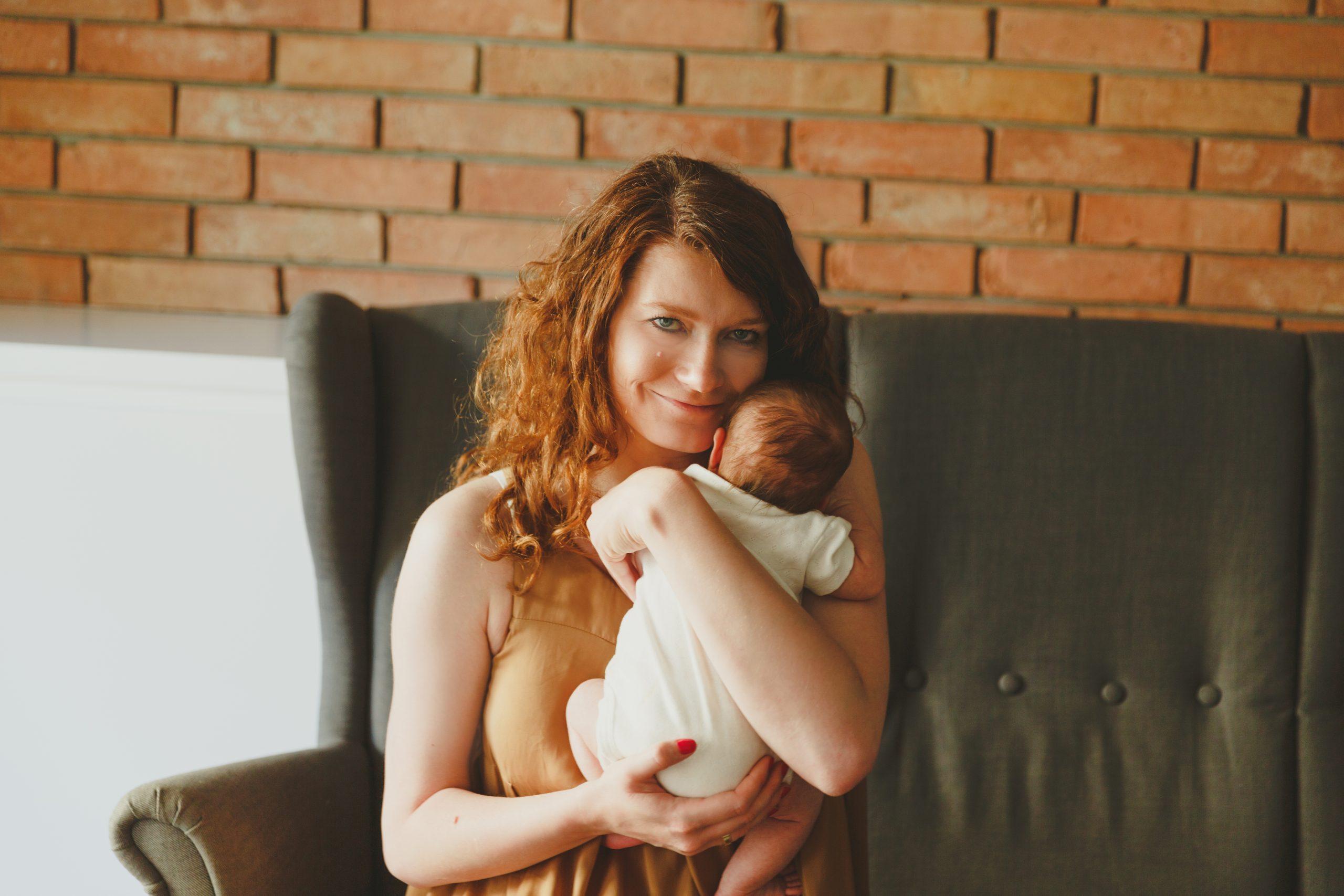 Katarzyna Płaza-Piekarzewska z córką na rękach