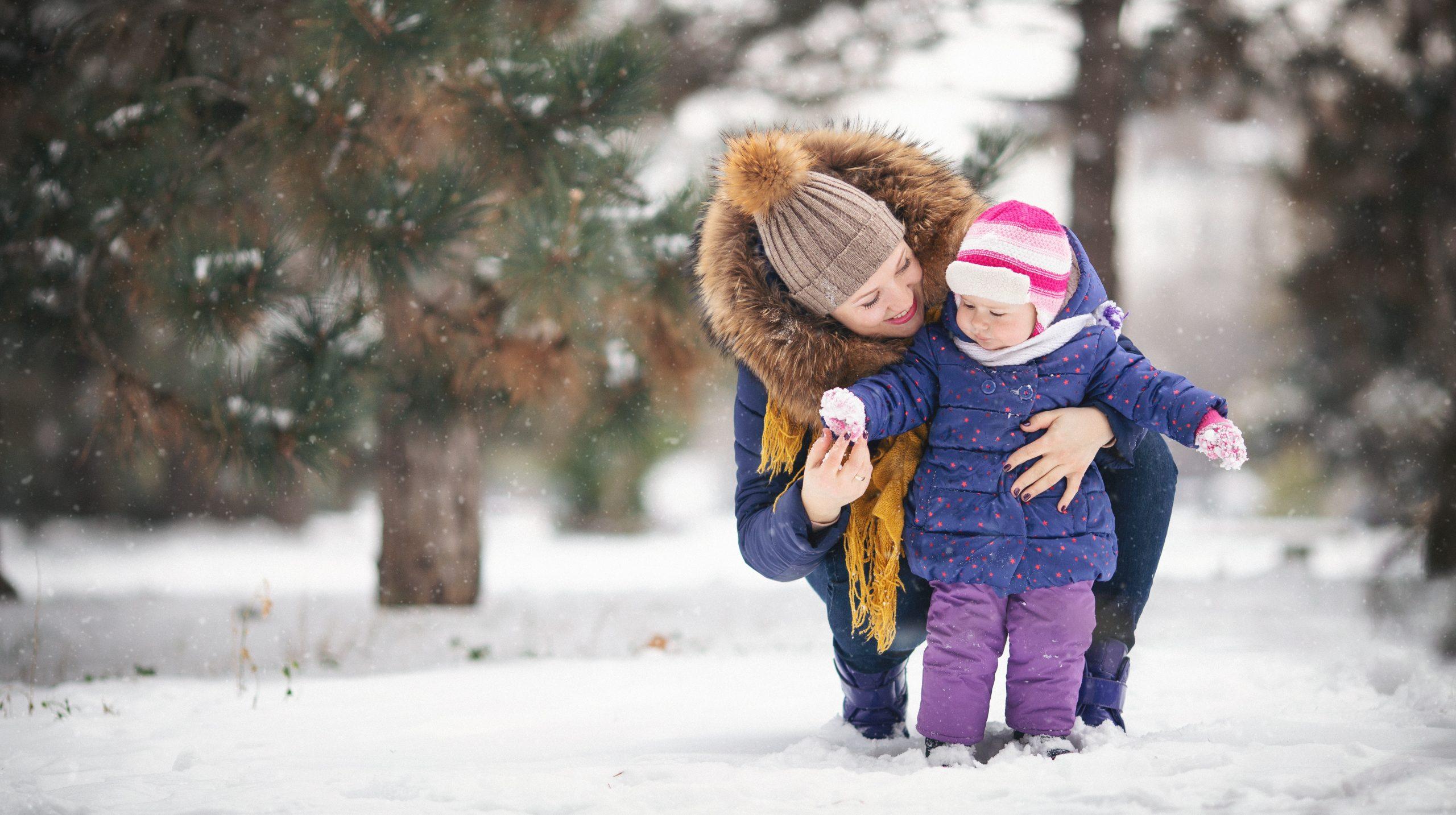 Jak ubierać dziecko, by go nie przegrzewać? Odpowiada pediatra