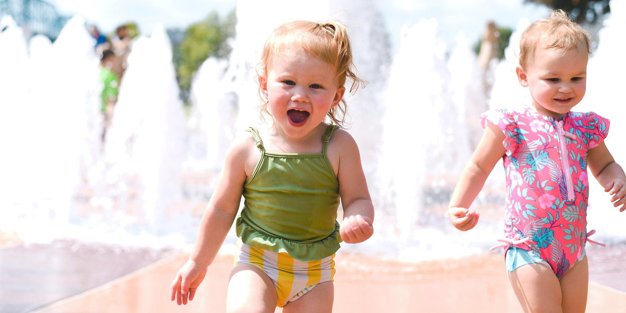 """Podczas upałów pozwalasz dziecku beztrosko pluskać się w miejskiej fontannie? """"Chłodzisz"""" je gronkowcem, salmonellą i bakteriami kałowymi!"""