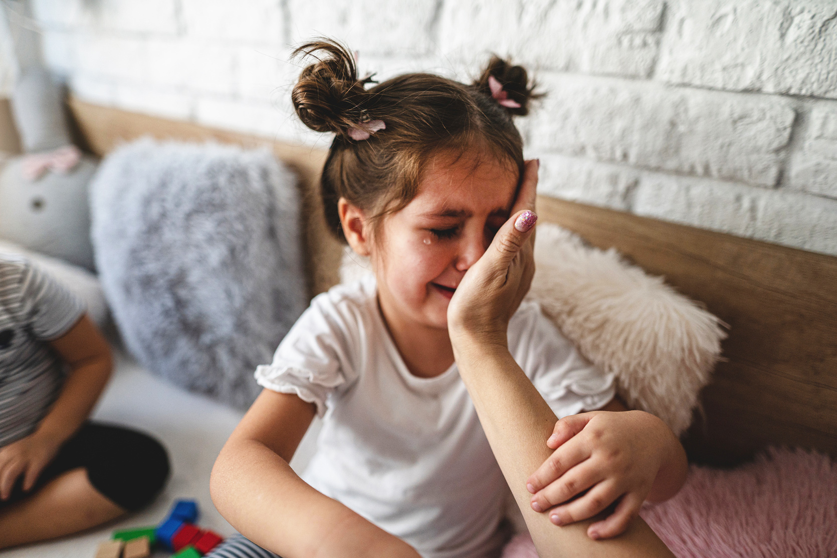 """""""Nie ma powodu, by płakać""""? Psycholożka wyjaśnia, dlaczego powinnyśmy wystrzegać się takich komentarzy"""