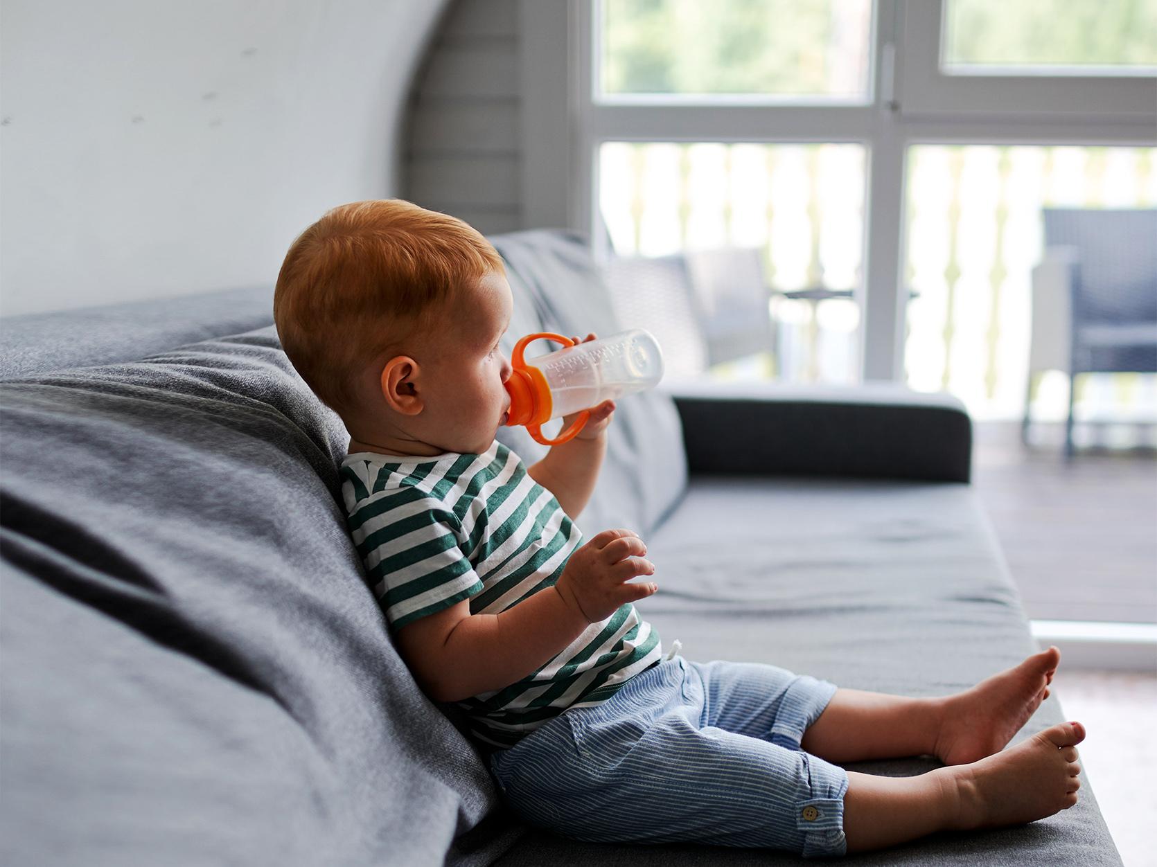 Dziecko pije z butelki