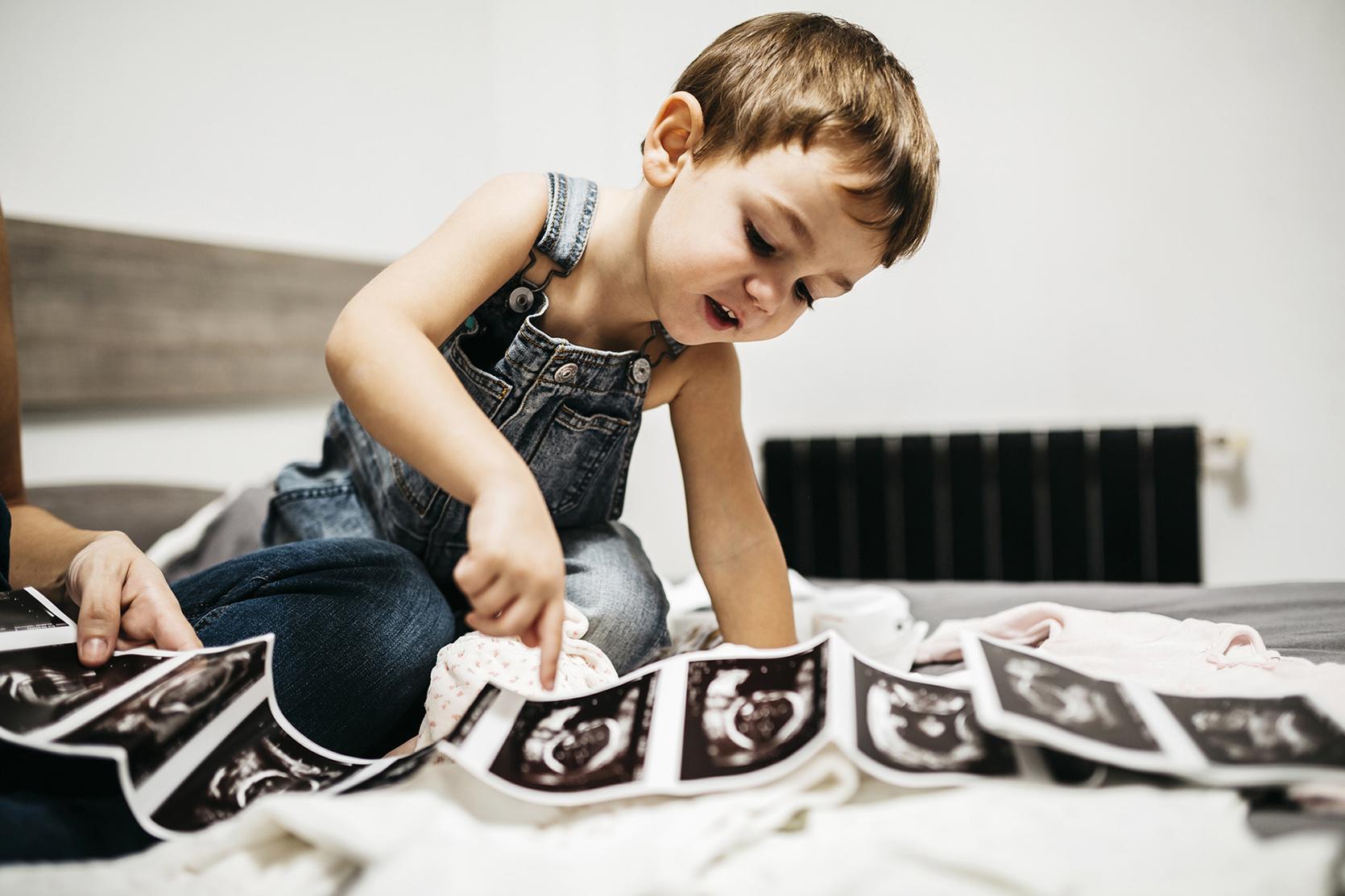 Chłopczyk ogląda zdjęcia USG
