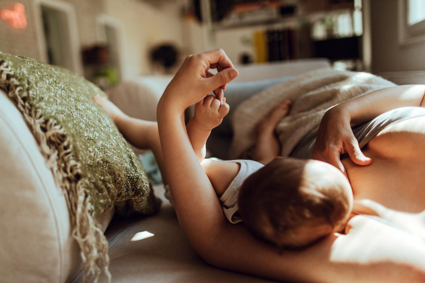 Jak karmić piersią na leżąco - najlepsze pozycje/fot. iStock
