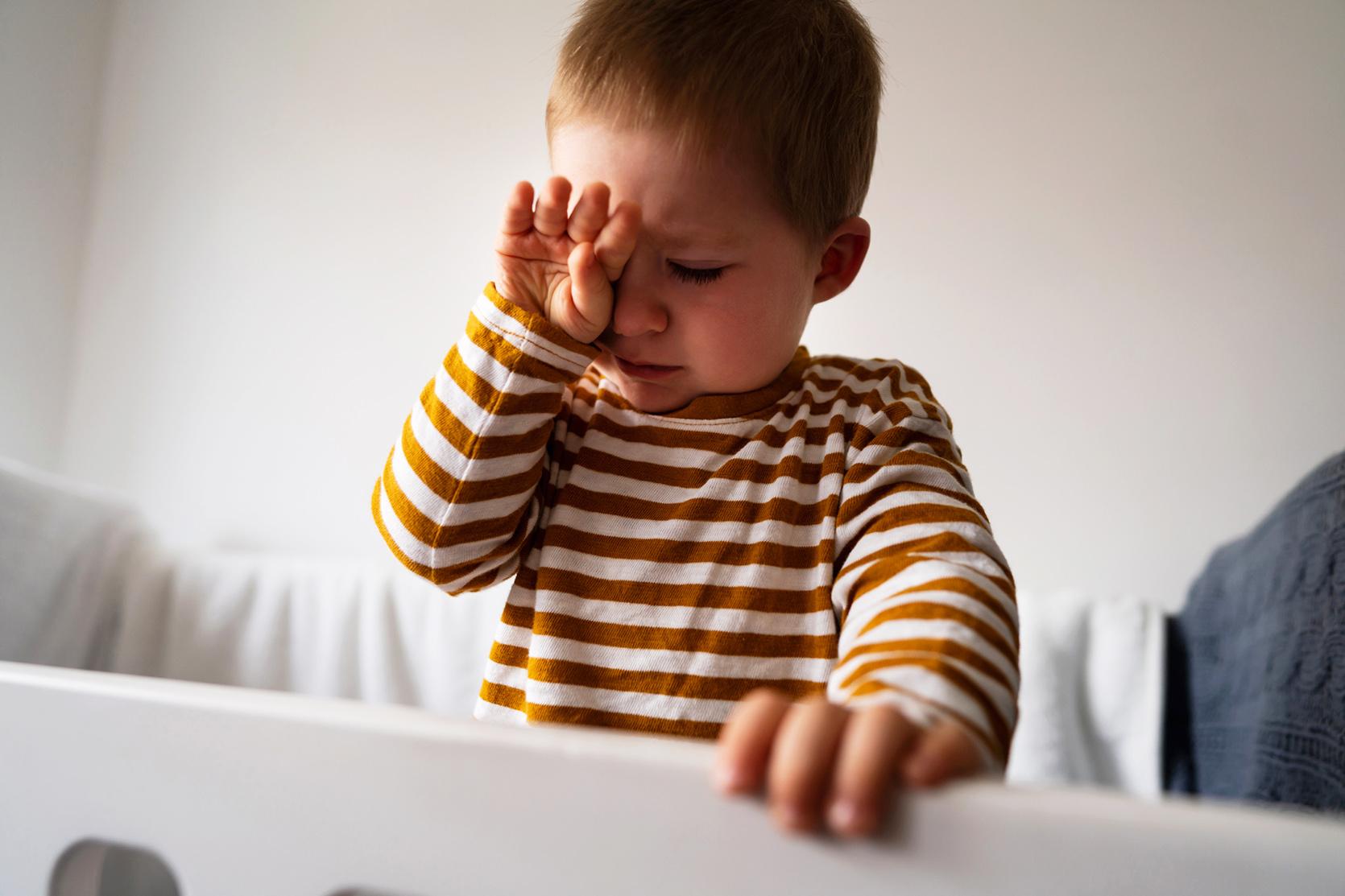 Dziecko wymiotuje żółcią – co robić?/fot. iStock