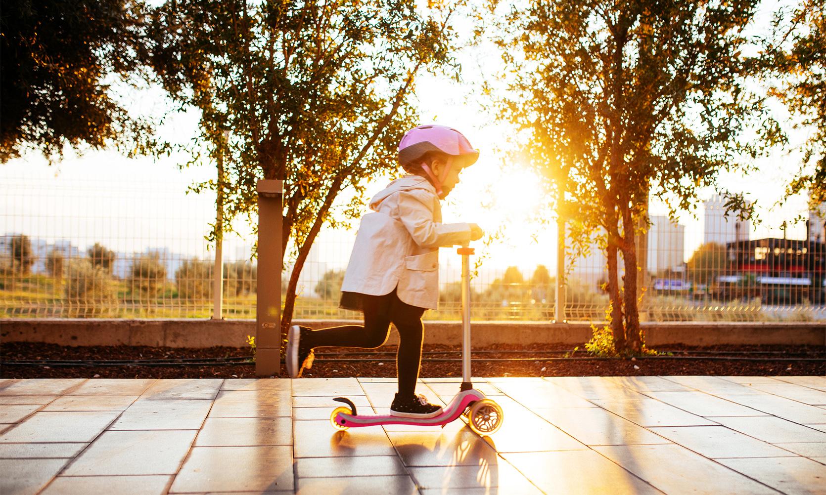 Zabawa na dworze – czy warto kupić hulajnogę dla dwulatka?/fot. iStock